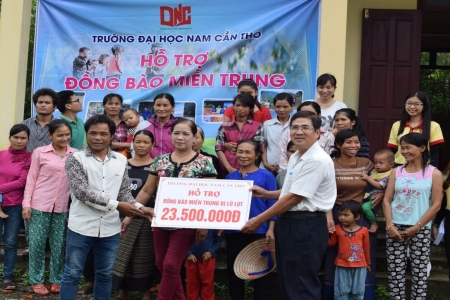 VISIT AND PRESENT WITH GIFTS FOR PEOPLE SUFFERING FROM FLOOD IN QUANG BINH PROVINCE