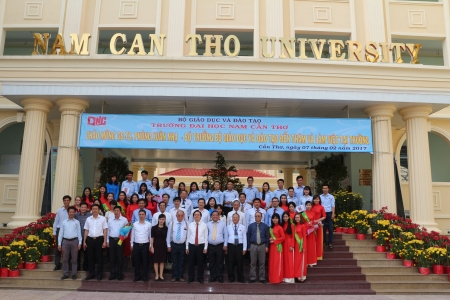 NAM CAN THO UNIVERSITY WELCOMED PRO.DR PHUNG XUAN NHA, EDUCATION AND TRAINING MINISTER, AND HIS STAFF