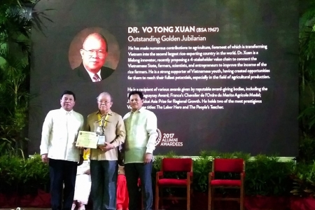 AHLĐ.NGND.GS.TS Võ Tòng Xuân-Rector of Nam Can Tho University received two awards of the Philippine Agricultural University
